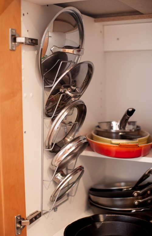 Use magazine rack as pot lid holder
