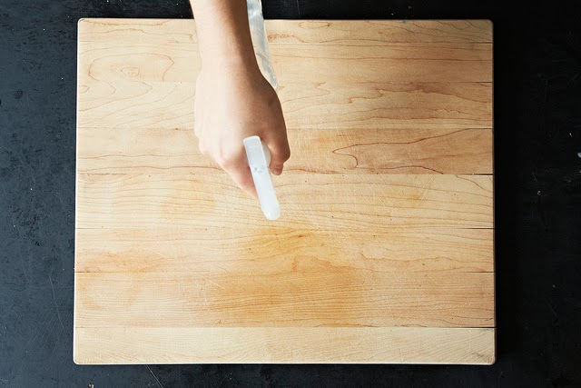 Keep cleaning a cutting board with vinegar