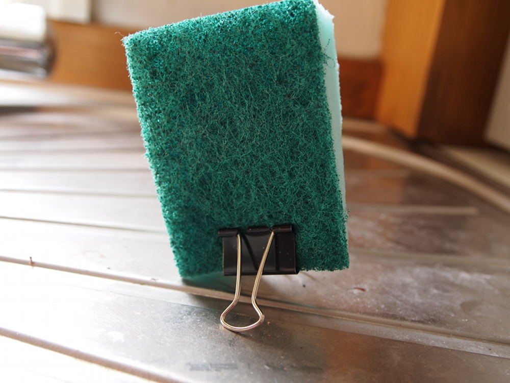 Use a binder clip as a sponge stand